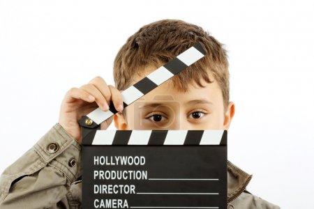 Photo pour Garçon avec film clapper conseil sur blanc - image libre de droit