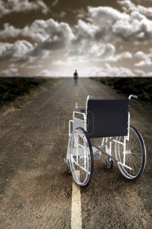 Photo pour L'homme abandonne le fauteuil roulant et recommence à marcher - image libre de droit