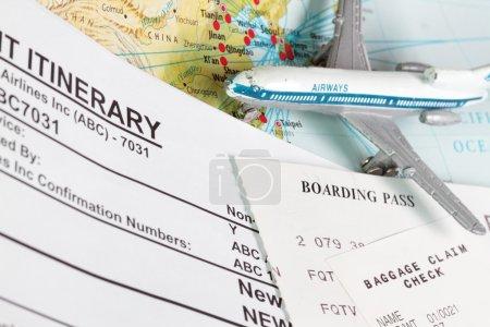 Photo pour Thème de voyage avec billet itinéraire réclamation des bagages et carte d'embarquement - image libre de droit