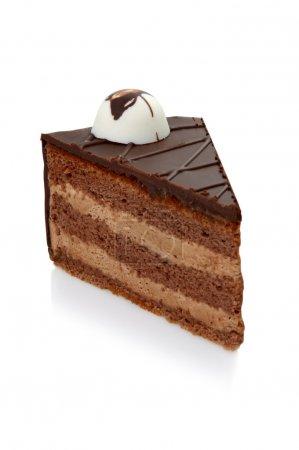Photo pour Morceau de gâteau au chocolat avec glaçage sur fond isolé blanc - image libre de droit