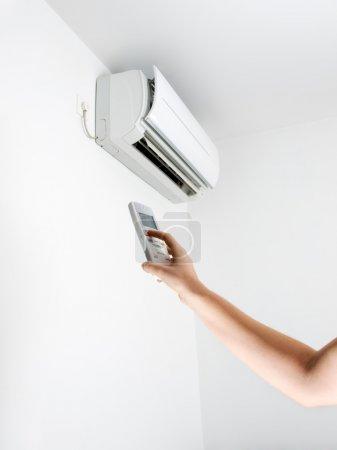Photo pour Bras, de télécommande et de la climatisation. - image libre de droit