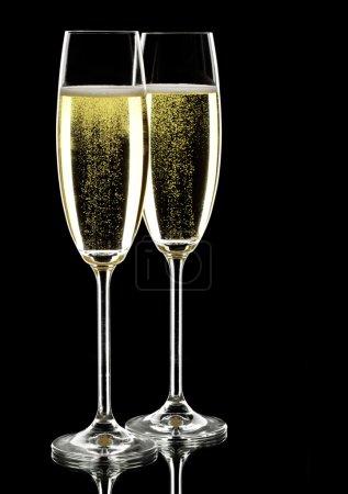 Photo pour Deux verres de vin mousseux, sur noir, plan studio - image libre de droit