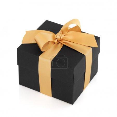Photo pour Coffret cadeau noir avec noeud en satin doré, sur fond blanc . - image libre de droit