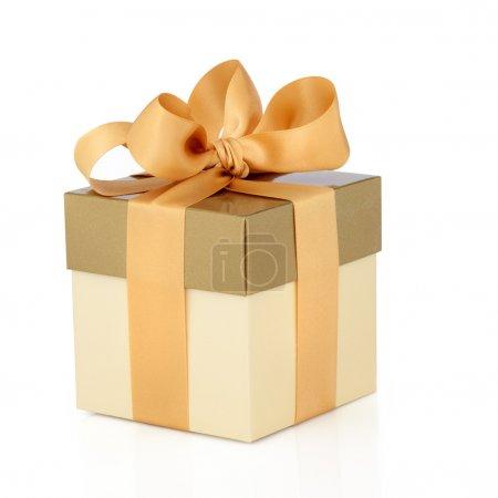 Photo pour Coffret cadeau en duo doré ton avec ruban de satin doré et arc isolé sur fond blanc . - image libre de droit