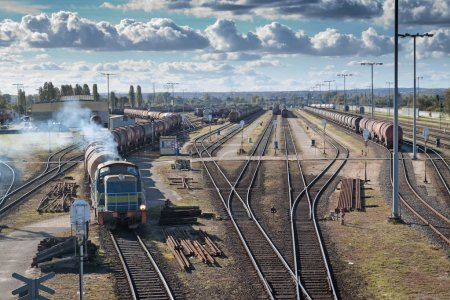 Photo pour Transport sur un chemin de fer. Grande station . - image libre de droit