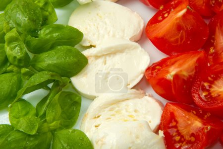 Photo pour Drapeau italien fait esprit tomate mozzarella et basilic - image libre de droit