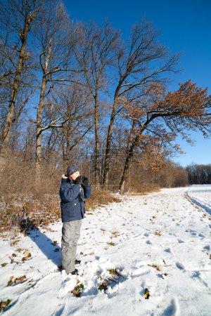 Foto de Chico guapo feliz gritando para escuchar el eco en el bosque - Imagen libre de derechos