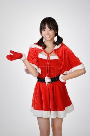 Photo pour Joyeux Noël fille introduire sur fond de studio gris . - image libre de droit