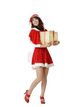 Photo pour Joyeux Noël fille tenant cadeau avec sourire isolé sur blanc . - image libre de droit