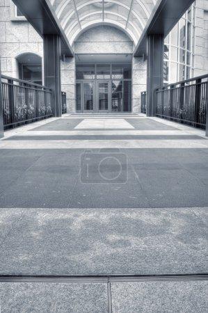 Photo pour Bâtiment de structure de l'architecture de passage qui n'ont personne dans la ville. - image libre de droit