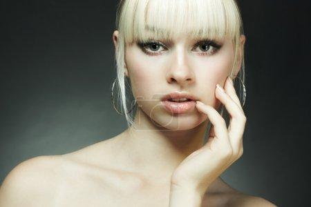 Photo pour Portrait de mode de la jeune femme blonde en studio - image libre de droit