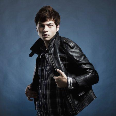 Photo pour Portrait de mode du jeune bel homme en studio - image libre de droit