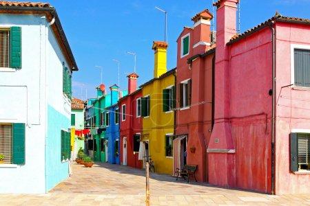 Photo pour Vieille rue méditerranéenne rétro avec ses maisons colorées - image libre de droit