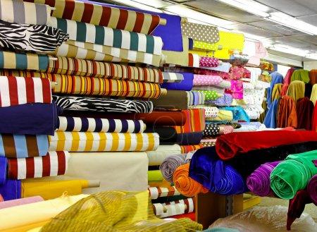 Foto de Rollos de tela colorida textil para costura - Imagen libre de derechos