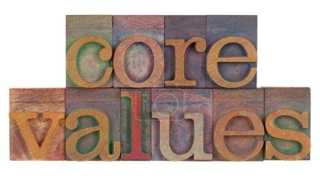 Photo pour Concept éthique - valeurs fondamentales mots en typographie en bois vintage, clichés isolés sur blanc - image libre de droit