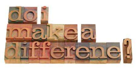 Photo pour Faire une différence ? une question en typographie en bois vintage, clichés d'imprimerie isolé sur blanc. - image libre de droit