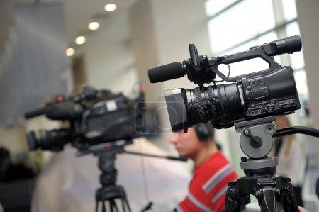 Photo pour Vidéocamera et journalistes lors d'une conférence de presse - image libre de droit