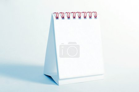 Photo pour Un calendrier de bureau blanc et vide - image libre de droit