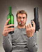 Bizarní námořník volba mezi láhev a zbraň