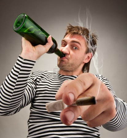 Photo pour Marin bizarre ivre avec bouteille et cigarette - image libre de droit