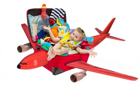 Photo pour Gamin volant dans Voyage valise rouge. emballés pour les vacances. effets personnels. isolé sur blanc - image libre de droit