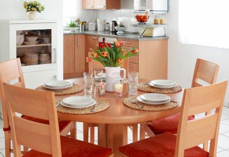 Photo pour Cuisine et salle à manger intérieur dans la maison familiale - image libre de droit