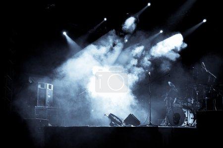 Photo pour Une scène de concert avec les lumières, de fumée et d'instruments. - image libre de droit