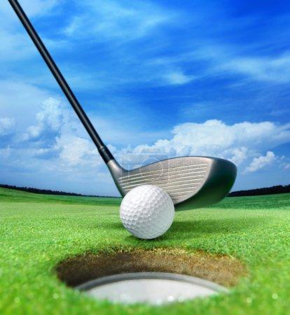Photo pour Boule de golf sur la lèvre près du bunker, beau beau terrain de golf - image libre de droit