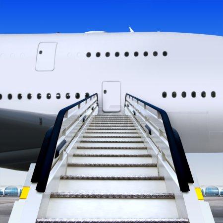 Photo pour Vue frontale de la rampe blanche à l'aéroport près de l'avion - image libre de droit