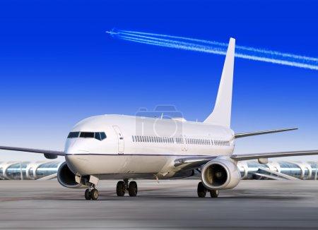 Photo pour Avion de passagers est atterrissage sur la piste de l'aéroport - image libre de droit