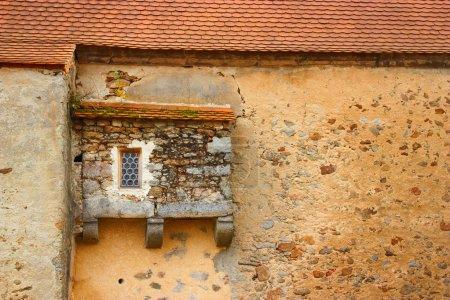 Photo pour Vieux mur avec petite fenêtre - image libre de droit