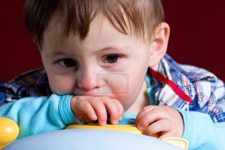 Photo pour Bébé pris de près avec le visage triste - image libre de droit