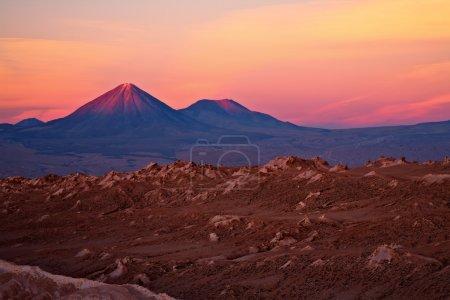 Photo pour Coucher de soleil sur les volcans Licancabur et Juriques, désert d'Atacama, Chili - image libre de droit