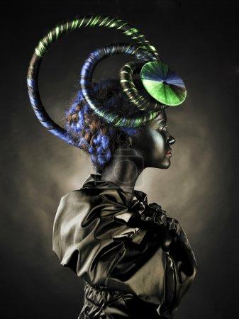 Photo pour Portrait d'une belle dame alien avec une coiffure inhabituelle - image libre de droit