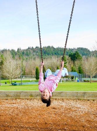 Foto de Feliz 9 años parte asiática niña hacer pivotar hacia abajo - Imagen libre de derechos