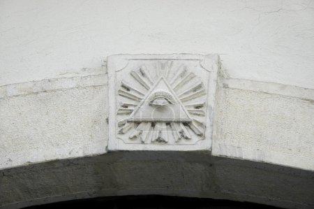 Photo pour Œil de la Providence ou l'œil de Dieu qui voit tout décoration de porte - image libre de droit