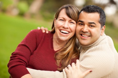 Photo pour Portrait de couple mixte attrayant dans le parc . - image libre de droit