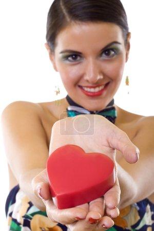 mujer sosteniendo un gran corazón rojo
