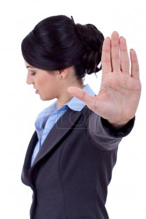 Photo pour Femme d'affaires graves faisant signe d'arrêt plus blanc, mise au point sur place - image libre de droit