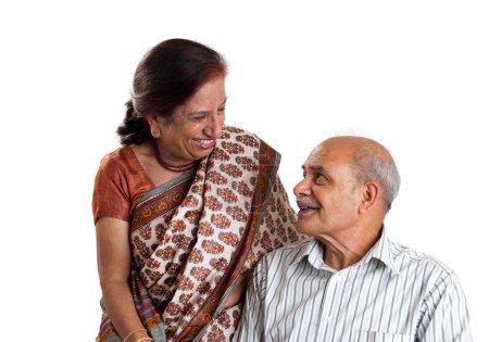 Photo pour Un couple asiatique âgé ayant un rire ensemble - isolé en blanc - image libre de droit