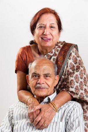 Photo pour Un couple de personnes âgées indienne / asiatique - image libre de droit