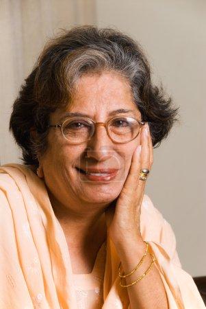 Photo pour Un portrait d'une femme senior des Indes orientales - image libre de droit