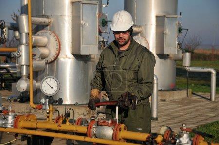 pracowników w przemyśle naftowym