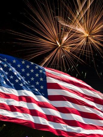 Photo pour Le drapeau américain et les feux d'artifice blancs de la fête de l'indépendance - image libre de droit
