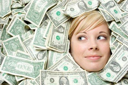 Foto de Mujer rubia rodeada de dinero - Imagen libre de derechos