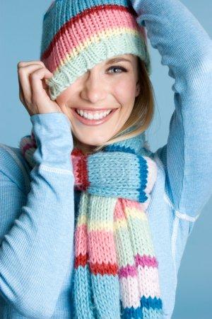 Photo pour Belle femme souriante d'hiver ludique - image libre de droit