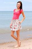 Usmívající se žena na pláži