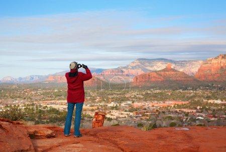 Photo pour Un touriste prend des photos de Red Rocks pittoresques à Sedona, Arizona - image libre de droit