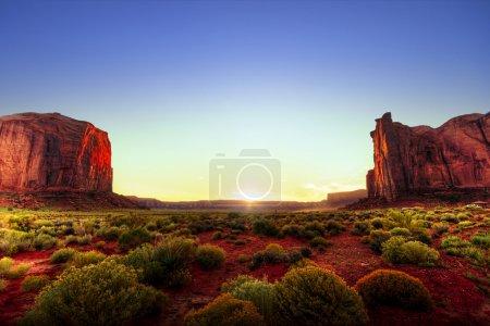Photo pour Beau paysage de Monument Valley au coucher du soleil. Image HDR - image libre de droit