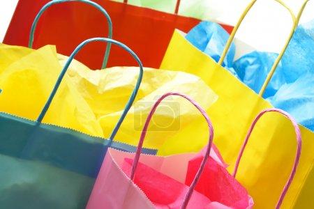 Photo pour Un gros plan de sacs à provisions colorés - image libre de droit
